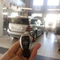 Дубликат автомобильного ключа, на фото работа по программированию ключа к Mercedes Benz. Очень важно иметь 2 ключ к автомобилю, так как автомобильные ключи имеют место потеряться, и что бы не оказаться в глупой ситуации делайте дубликаты автомобильных ключей во время.
